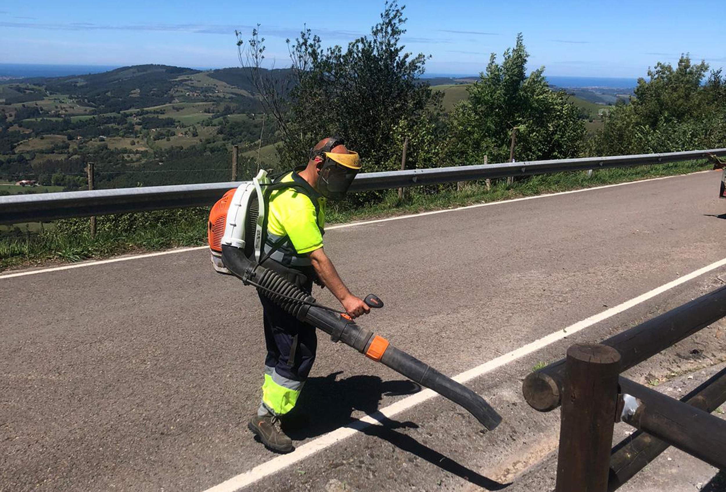 Labores de limpieza de carreteras