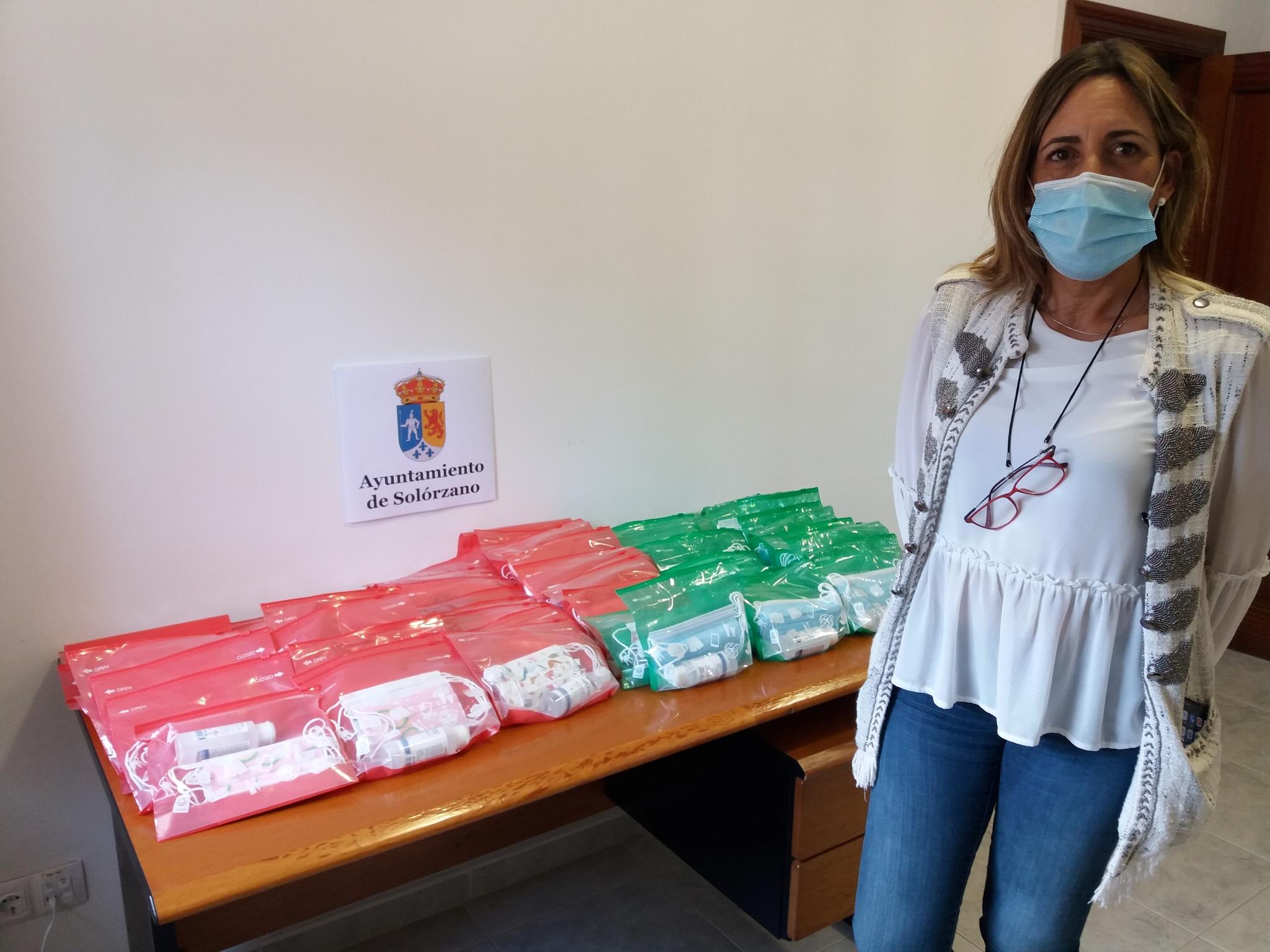 Alcaldesa Gema Perojo con kits mascarillas