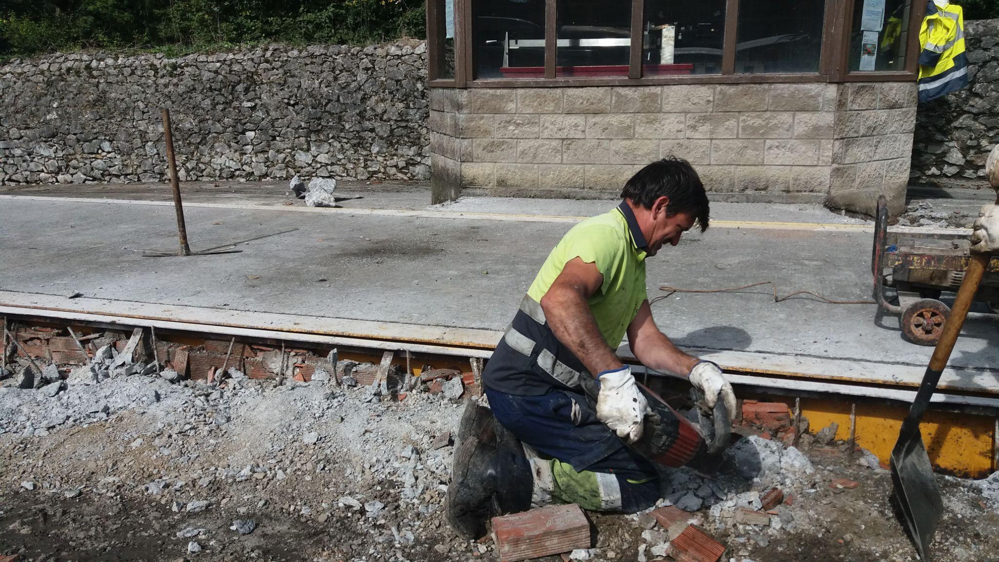 Obrero en las obras de la Plaza de la Báscula