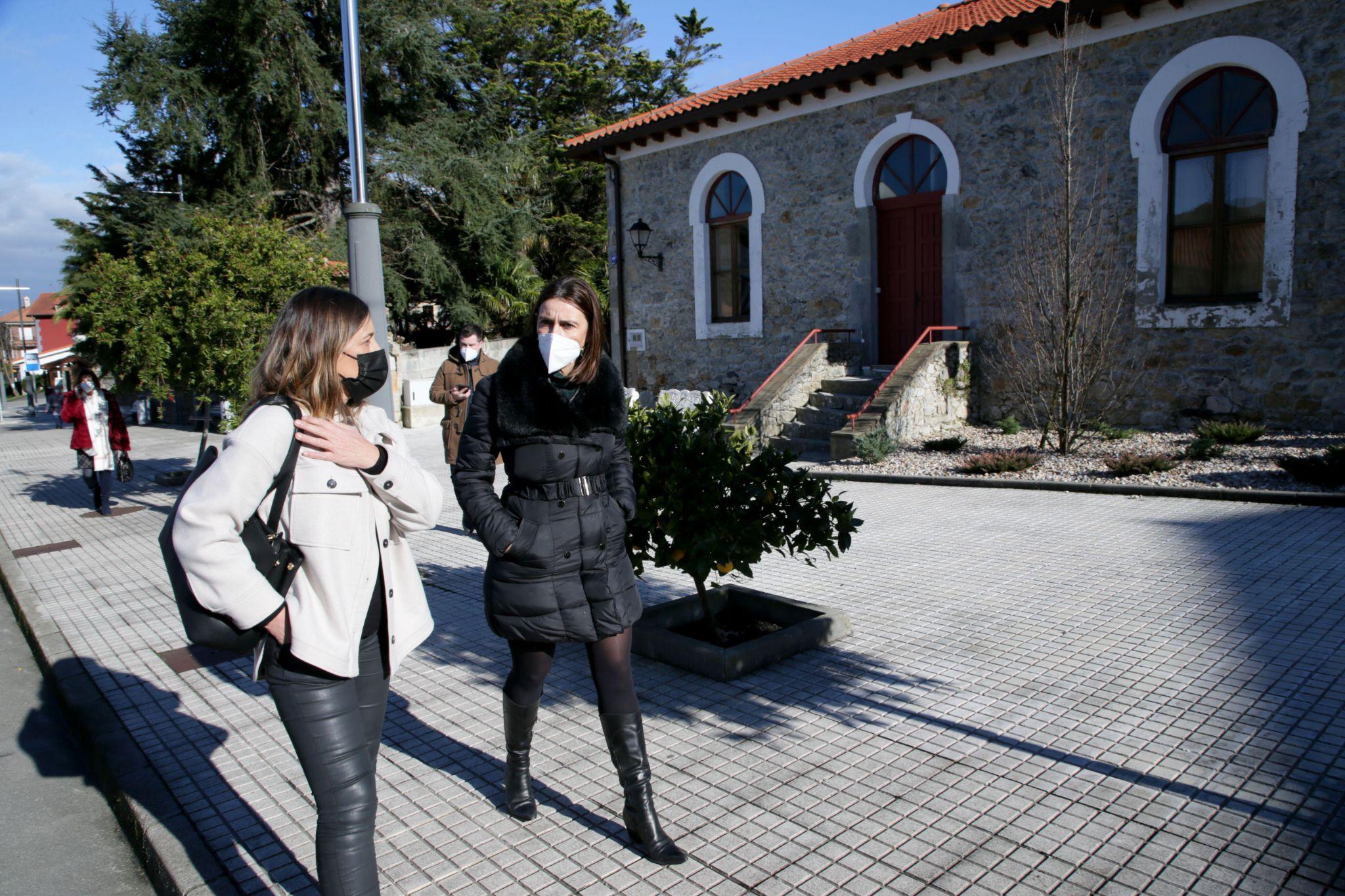 Gema Perojo y Paula Fernández frente al Centro Cultural de Solórzano